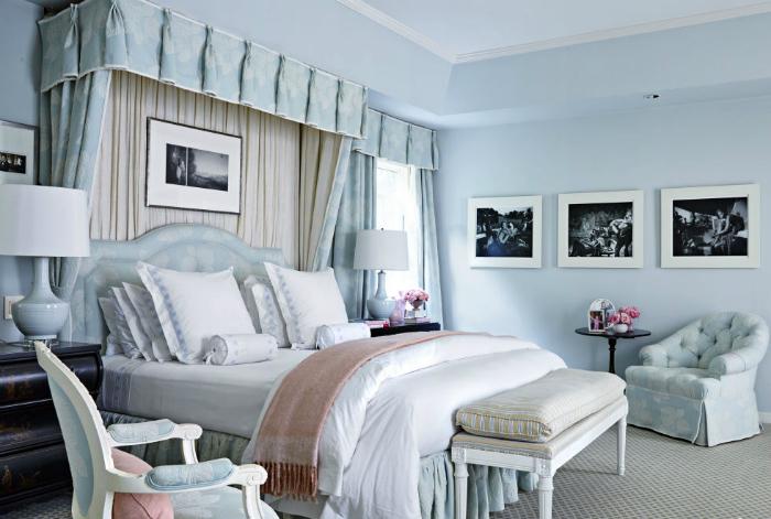 Изящная спальня в пастельных оттенках голубого.