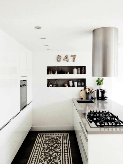Небольшая кухня, оформленная в белом цвете.