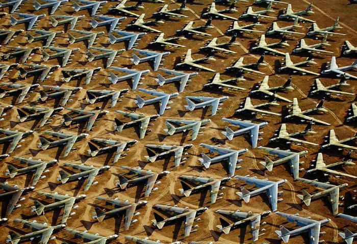 Стоянка старых военных самолетов.