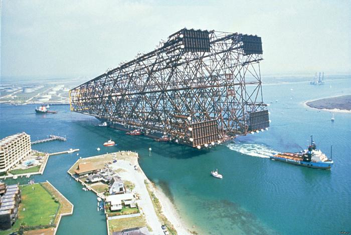 По информации Novate.ru, это самая большая нефтяная платформа. | Фото: Pikabu.