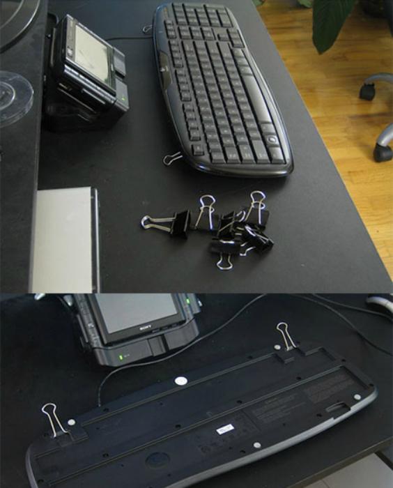 Канцелярские скрепки помогут приподнять клавиатуру.