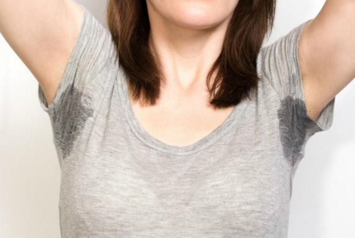 Удалить пятно от пота с одежды.
