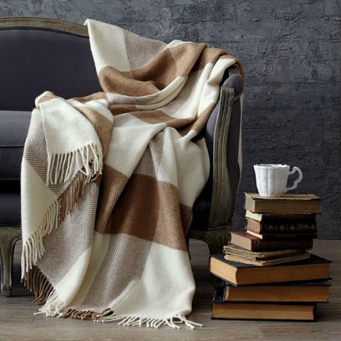 Шерстяной плед или колючее постельное белье. | Фото: Homester.