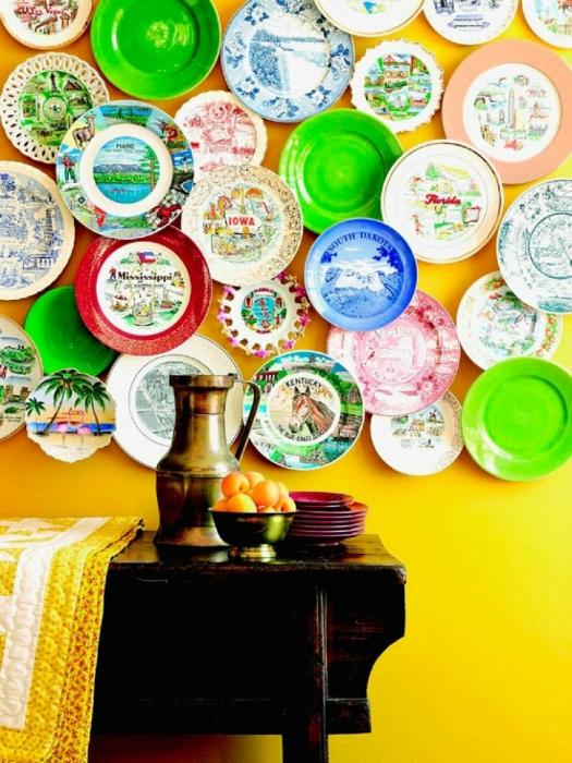 Множество ярких, разрисованных тарелок будут отлично смотреться на стенах кухни или столовой.