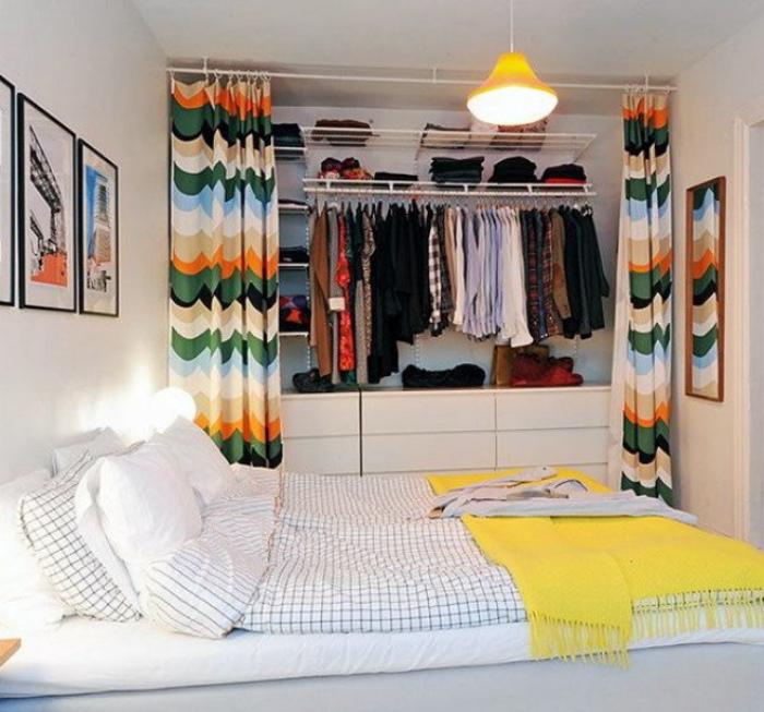 Вместительная гардеробная за шторкой.