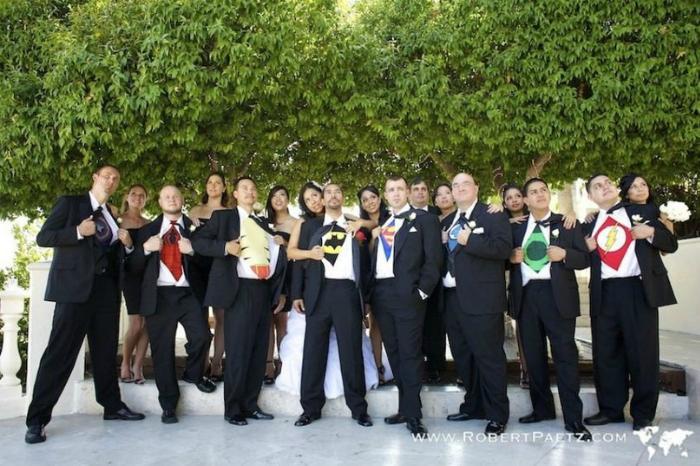Жених и его друзья демонстрируют свои костюмы.