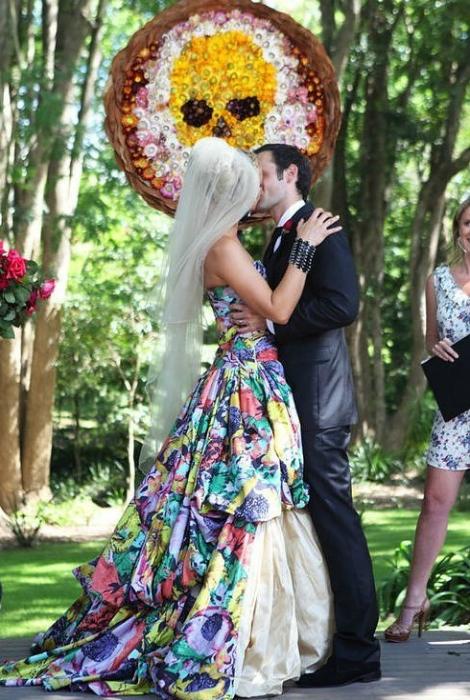 Цветное свадебное платье.
