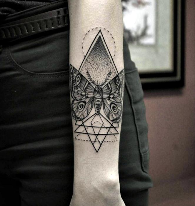 Стильная татуировка с изображением бабочки.