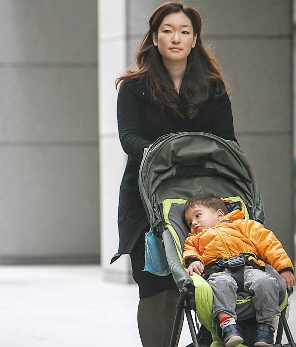 Мать-одиночка в Японии. | Фото: The Korea Times.