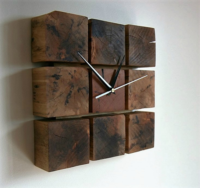 Часы из деревянных брусков.