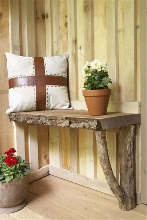 Миниатюрная скамейка из дерева.