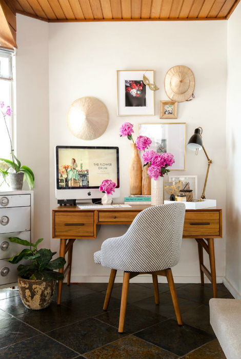 Очаровательное рабочее место с письменным столом в стиле ретро.