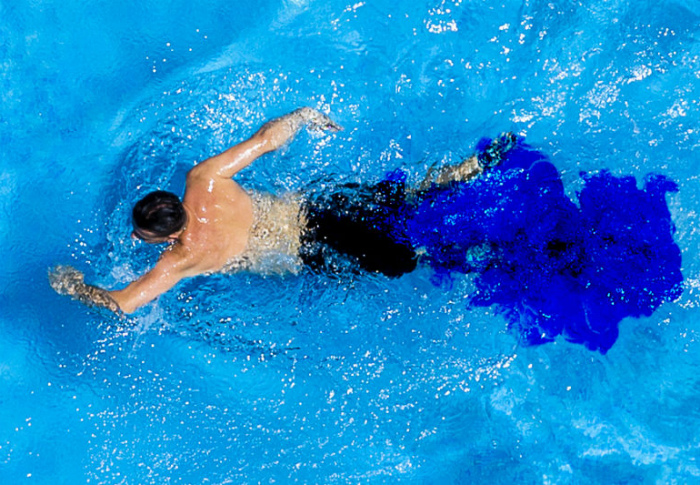 Если помочиться в бассейн, об этом узнают все. | Фото: MEL Magazine.