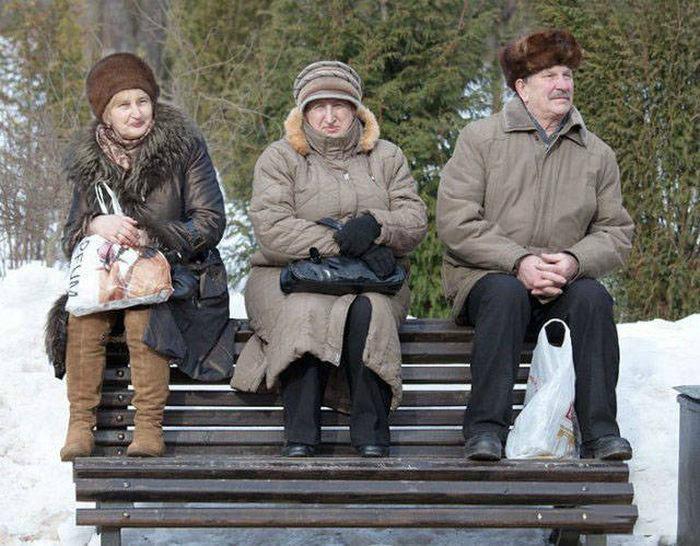 Пенсионеры на лавке.
