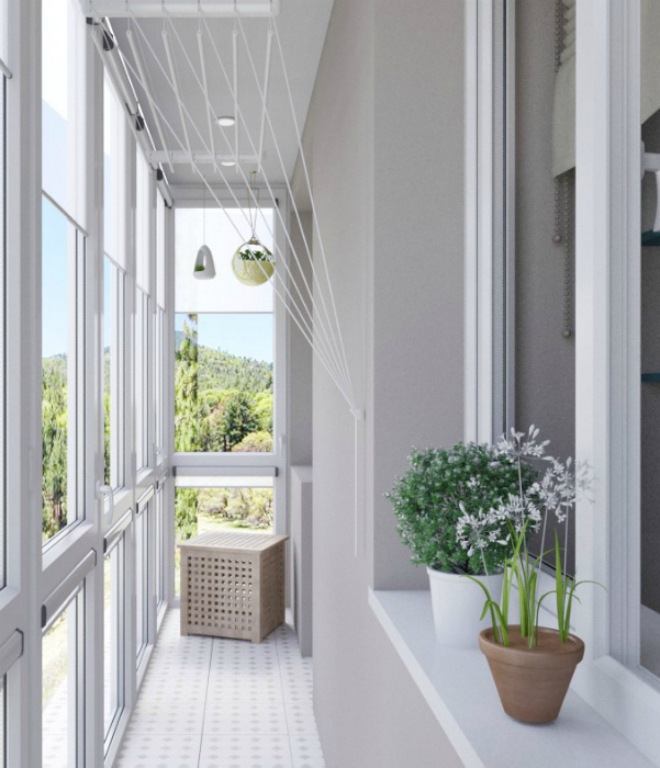 Узкий балкон в светлых тонах. | Фото: oselya.ua.