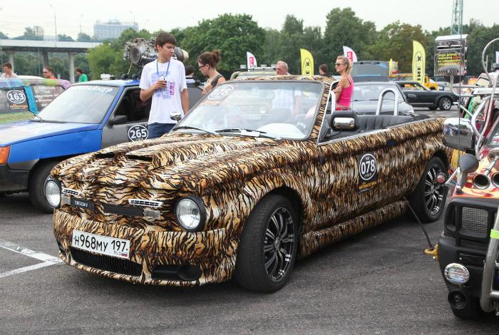 Роскошный кабриолет тигровой расцветки.