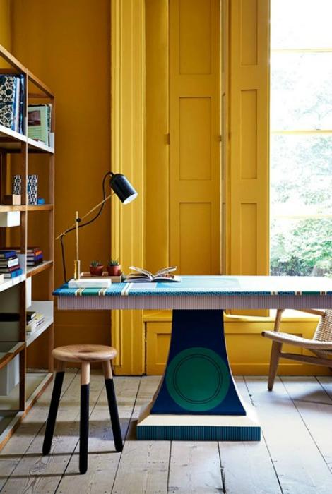 Офис с яркими желтыми стенами.