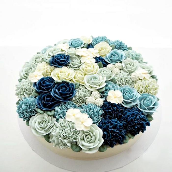 Тортик, украшенный сине-белыми цветами.