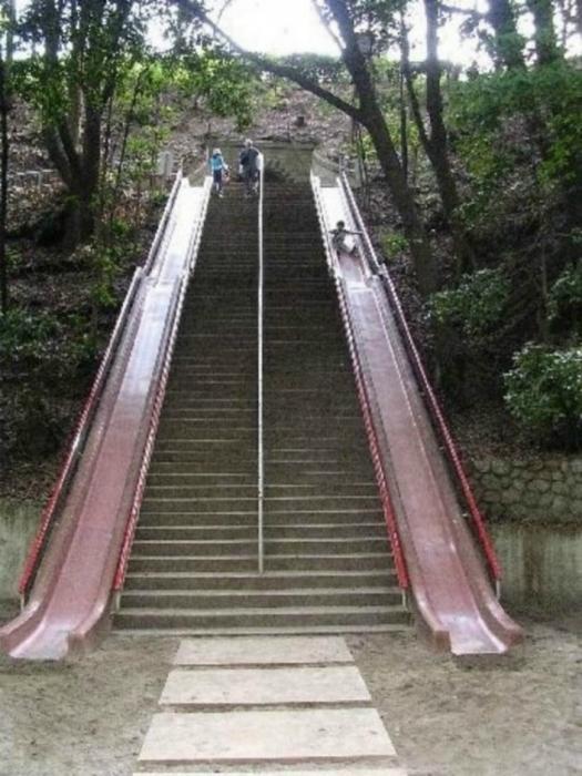 Лестница с двумя горками по бокам.