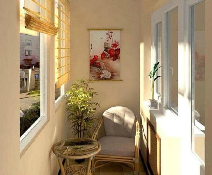 Пастельные тона, простое кресло, живые цветы - лучшее место для уединенного отдыха.