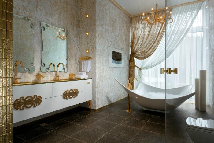 Ванная комнаты в бело-золотых тонах.