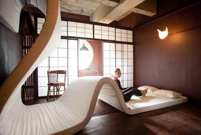 Огромная современная кровать.
