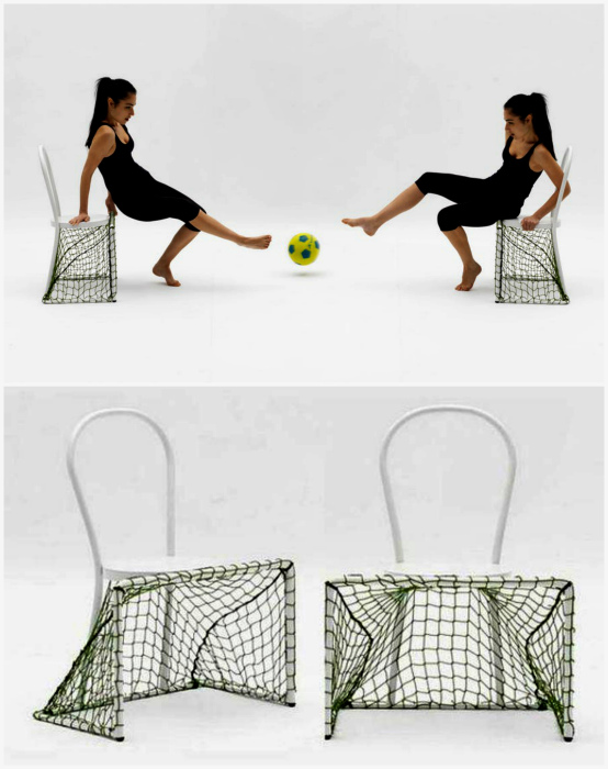 Стулья с футбольными воротами.