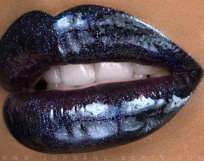 Эффектный темно-синий тон помады с мелкими блестками.