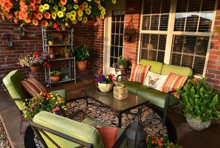 Зеленая мебель и обилие цветов.