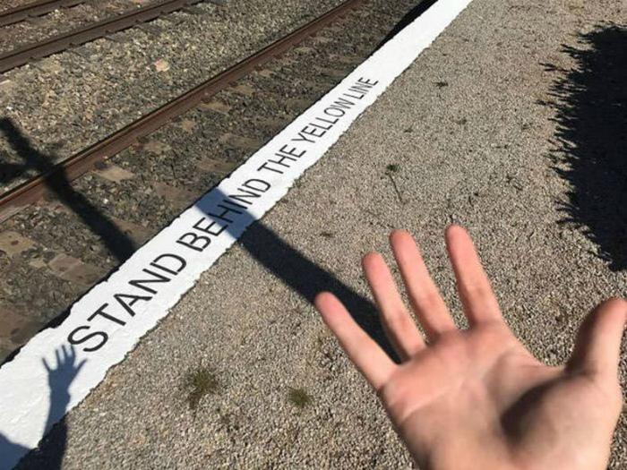 Невидимая желтая линия.