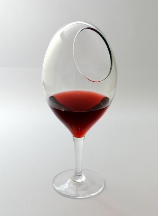 Красивый овальный бокал.
