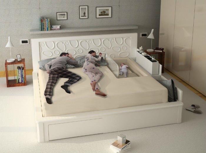 Кровать с местом для новорожденного.