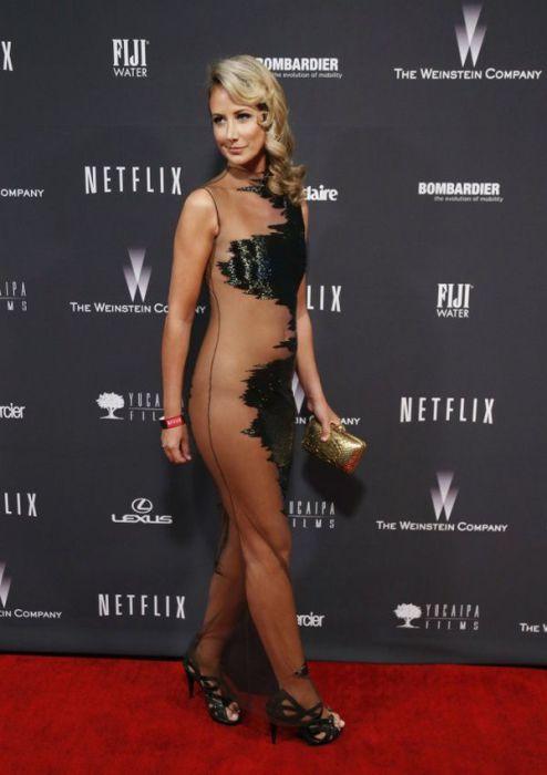 Леди Виктория Херви в очень откровенном платье из сетки и атласа.