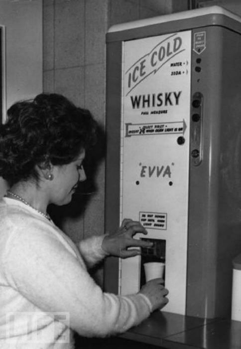 Автомат, из которого можно было получить стаканчик ледяного виски.
