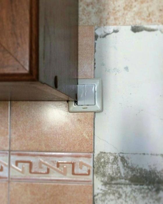 Чтобы выключателю не было одиноко, присоединили его к шкафчику. | Фото: BuzzBlog.