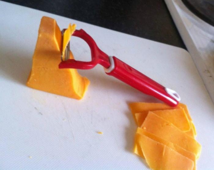 Тончайшая нарезка сыра. | Фото: Лайм.