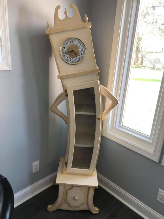 Дизайнерский шкафчик с часами. | Фото: SaveIG.