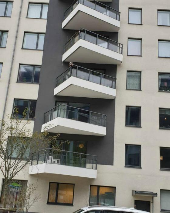 А это так и надо, чтоб все балконы были в разнобой? | Фото: Instazu.com.