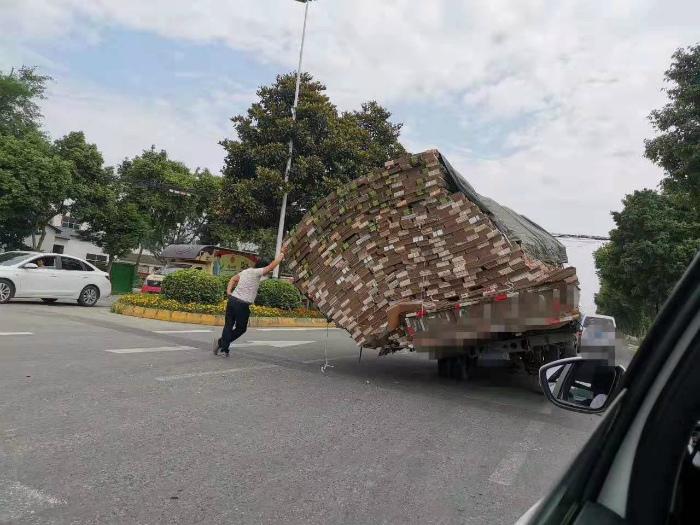 Кузов склонило на бочок. | Фото: Reddit.