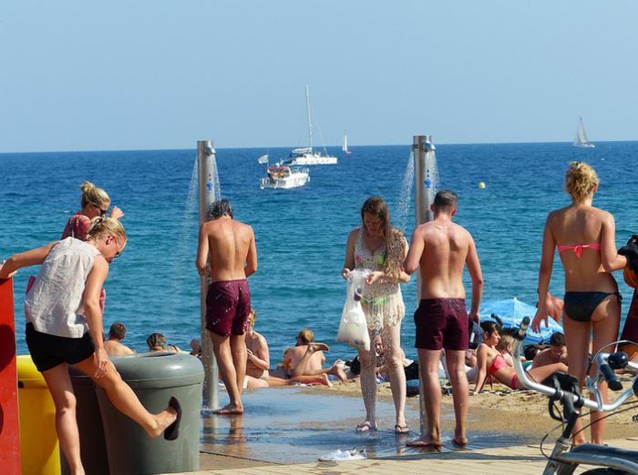 На Мальорке запрещено использовать пляжный душ не по назначению. | Фото: VipGeo.