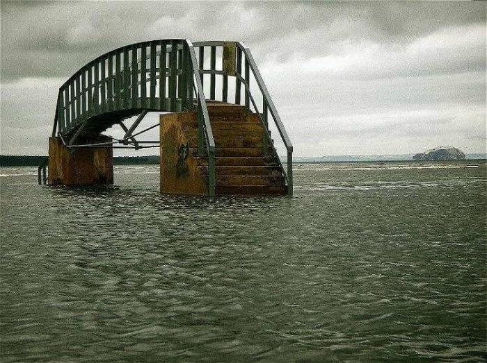 О, это очень загадочный мост и совершенно бесполезный. | Фото: Хроника.инфо.