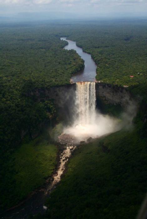Потрясающий вид на водопад Кайетур, Гайана. Фотограф: Коди.