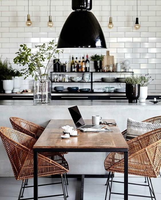 Белоснежная кухня с деревянными деталями.
