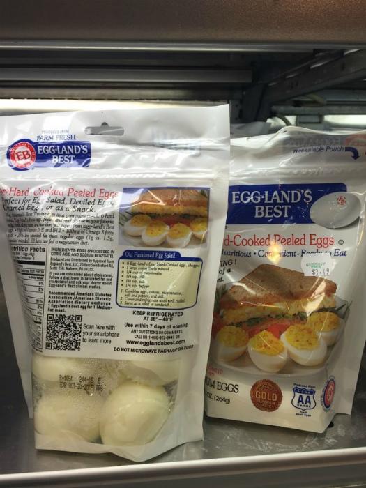 Вареные и чищенные яйца. | Фото: BuzzFeed.