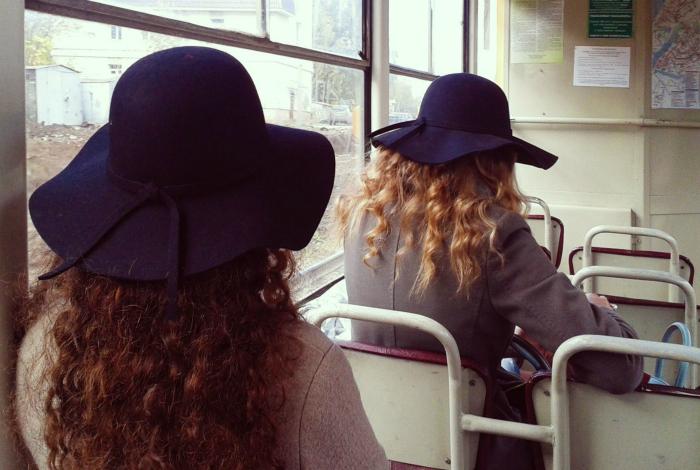 Идентичные шляпки.