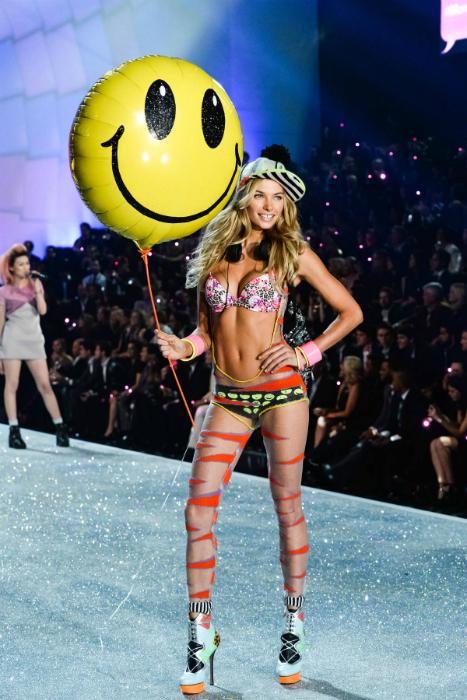 Джессика Харт продемонстрировала одну из молодежных моделей купальника Victoria Secret.