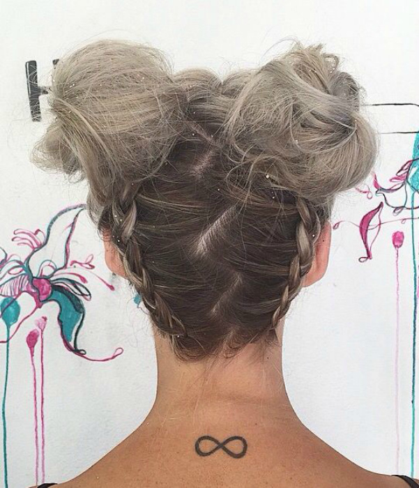 Пучки, хвостики и косы. | Фото: Pinterest.