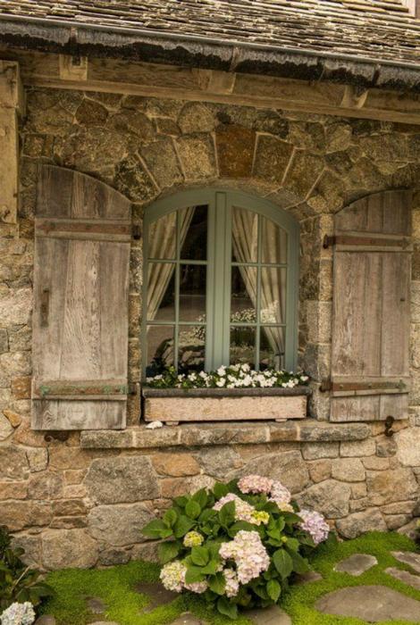 Винтажное окошко с деревянными ставнями. Нормандия, Франция.