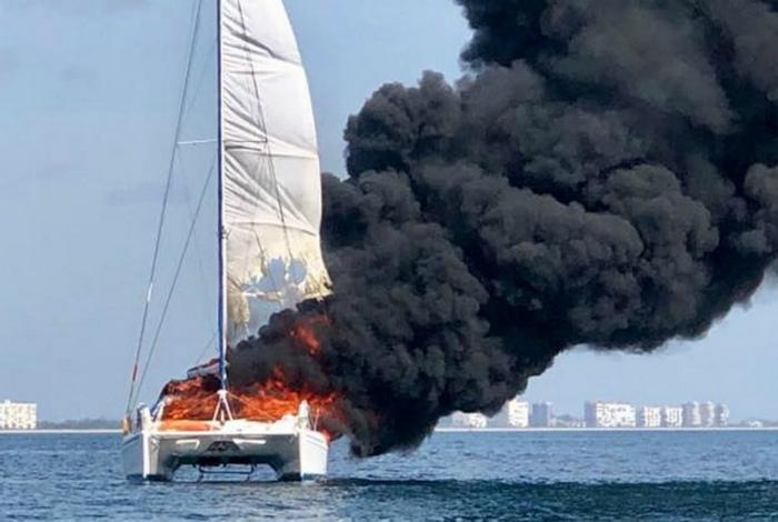 Когда морская прогулка - огонь! | Фото: Пикабу.