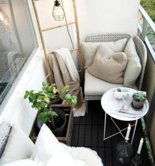 Маленький уютный балкончик. | Фото: casadecorar.biz.